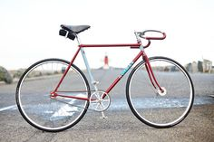 Fixed gear bikes are so minimal and good looking, they're nearly impossible not to admire from a visual perspective. Here's a whole bunch of photos that may or