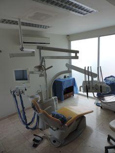 Se instalo un brazo mecánico sobre la silla de cirugía el cual graba y transmite de manera inalámbrica el video en alta definición de la cirugía con la finalidad de poder ver más a detalles al paciente y poder grabar los trabajos.