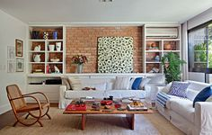 O apartamento da apresentadora Patricya Travassos reúne sutilezas de bem-estar: vista para a mata, materiais naturais e organização sem neuras. Lá, a sensação é de se estar em uma casa