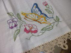 Aqui está mais um bordado livre em pano de copa,com bico de crochê bege, bem lindinho, para enfeitar nossa casa.