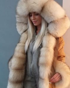 Light beige with dark brown sparse tip.I'm wearing a 4 year old cotton jersey right now😭 Fur Fashion, Couture Fashion, Winter Fashion, Chinchilla, Mens Fur, Fur Accessories, Fur Wrap, Fabulous Furs, Up Girl
