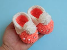 Crochet Baby Booties Crochet - Crosia Free Patttern with Video Tutorials: Easy Baby Cuffed Booties Free Pattern Crochet Flower Hat, Crochet Baby Boots, Crochet Baby Sandals, Crochet Socks, Booties Crochet, Crochet Gloves, Knitting Socks, Free Crochet, Beaded Crochet