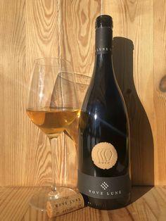 Bronner 50%, Johanniter 50%. Vino bianco macerato sulle bucce (orange wine), vinificato e affinato in anfora.. Wine And Spirits, Wine Rack, Red Wine, Alcoholic Drinks, Glass, Decor, Bottle Rack, Decoration, Drinkware