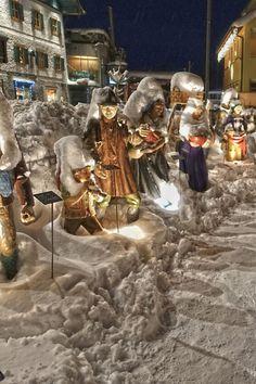 Der idyllische Ort am Wolfgangsee verwandelt sich in der Weihnachtszeit in ein romantisches Krippendorf. Schon beim Eintreffen in Strobl zeigt Ihnen der Hirtenpfad den Weg zum großen Adventtor. (c) Zoltan
