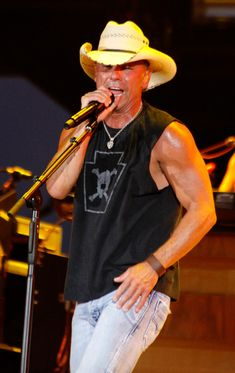 Country boys in tight blue jeans: Kenny Chesney Country Music Artists, Country Music Stars, Country Singers, Country Musicians, Kenny Chesney, Folk Music, My Music, No Shoes Nation, Live Stream