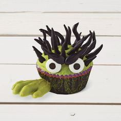 Create these creepy Helping Hand Monster Cupcakes for all your monsters this Halloween