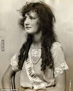 Ruth Malcomson, photographed above, after she was crowned Miss America 1924 . The 1924 Miss America pageant is the largest in the history of the competition, with 83 contestants. Foto Fashion, Photo Vintage, Miss America, Looks Vintage, Vintage Style, Interesting History, Interesting Stories, Bathing Beauties, Women In History