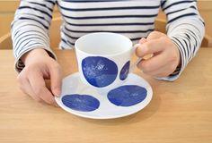 スウェーデンデザイナーが手がける「House of Rym」シリーズ。 円柱形のシンプルなデザインに細くて華奢な取っ手がとても可愛らしいティーカップ。 紅茶をコーヒーをたっぷり入れるのもいいですし、スープカップとして普段使いにもバッチリOK。House of Rym (ハウスオブリュム) ティーカップ Spot(ブルー) / 輸入雑貨、北欧雑貨の通販サイト インテリオーレス