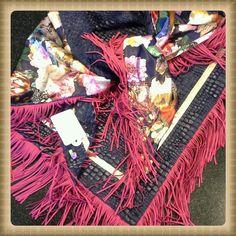 Sjaal van blauw bont met snakeprint,  gevoerd met prachtig gebloemde satijn. Afgewerkt met roomkleurige bies en roze franjes