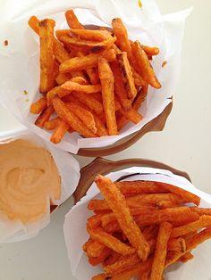 Baked Sweet Potato Fries with Sriracha-Mayo Dip Making Sweet Potato Fries, Healthy Eats, Tapas, Dip, Carrots, Frozen, Baking, Vegetables, Recipes