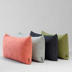 """Puder i julegave? Smukke farver i tykt, """"vamset"""" tekstil designet af Alfredo Häberli for @kvadrattextiles - find forhandler på vores hjemmeside (link i profil) #alfredohäberli #kvadrattextiles #danishdesign #interiør #cushion #pillow #nordic"""