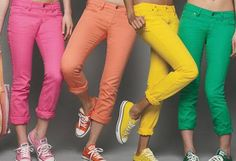 Love the yellow and green jeans and coordinating Converse shoes for Duck games! Colored Skinny Jeans, Colored Pants, Jeans Skinny, Colored Denim, Colored Converse, Moda Converse, Jeans And Converse, Converse Shoes, Neon Jeans