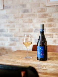 Easy on the eyes, soft on the palette, natural wines sourced locally and beyond for a complete tasting experience. Wine Source, Wine Bars, Geneva, White Wine, Wines, Alcoholic Drinks, Palette, Bottle, Natural