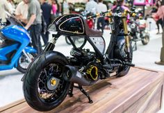 You think that the Honda Zoomer is a boring machine? Check out this awesome Honda Zoomer Cafe Racer and think again! Cb500 Cafe Racer, Cafe Racer Honda, Open Face Motorcycle Helmets, Cb350, Bmw Boxer, Rare Birds, Mini Bike, Dog Houses, Motorcycle Accessories
