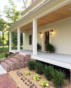 Gorgeous Rustic Farmhouse Porch Design Ideas - Home Decor Front Porch Steps, Farmhouse Front Porches, Front Porch Design, Rustic Farmhouse, Farmhouse Stairs, English Farmhouse, Porch Designs, Screened Porches, Plan Garage