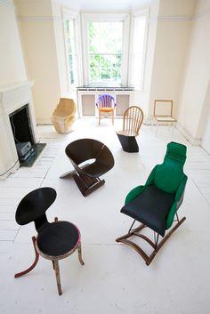 """100 sedie in 100 giorni.  Martino Gamper, dottor frankenstein del design, reinfonde la vita nei pezzi di sedie morte riassemblandoli in teneri """"mostri"""""""