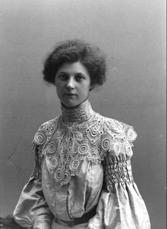 Elegant lady in a fabulous dress, 1904. The lace detail on her collar and those sleeves. Just stunning!