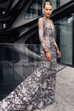 Naeem Khan Spring 2021 Ready-to-Wear collection, runway looks, beauty, models, and reviews.