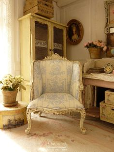 * ♥ Workshop Lea - En dag i land ♥ * Miniature Chair, Miniature Rooms, Miniature Furniture, Dollhouse Furniture, Rustic Shabby Chic, Shabby Chic Cottage, Mini Chair, Maker Shop, Rustic French