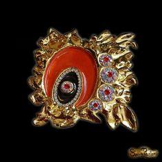 Al observar 'Embrujo', percibimos que en ella se combinan la fuerza del rojo y el negro, del brillo y el dorado en una noche oscura, misteriosa y envuelta en un halo de encanto infinito