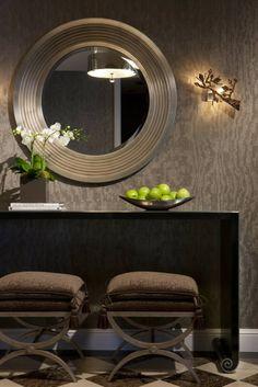 intérieur contemporain papier peint original gris art déco miroir rond meuble bois tabourets