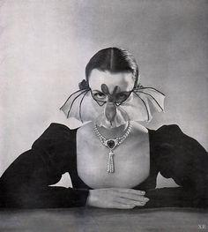 Die Fledermaus : Mask by Fernand Aubry : Featured in Elegante Welt Magazine, Issue 4 : Germany, 1951 † Costume Batman, Bat Costume, Spider Costume, Bat Mask, Arte Punk, Bunny Face, Illustrations, Vintage Halloween, Happy Halloween