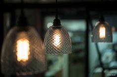 Luminaire suspension en verre avec ampoule à filament dans le restaurant Olive et Artichaut à Nice.