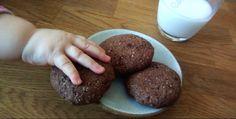 Čokoládové sušenky (bez lepku). Výborné sušenky od naší čtenářky Jindry, kterým nejde odolat. Skvělé zdravé mlsání pro děti i dospělé. Bez lepku, cukru i mléka. Dezerty,  #ABKM #bezlaktózy #bezlepku #bezmléka #bezlepkovádieta #celiak #celiakie #chuťnasladké #čokoláda #čokoládovépecičky #čokoládovésušenky #děti #fitstrava #fitnessstrava #kokosovýolej #kypřícíprášek #ovesnámouka #pohankovámouka #... Cookies, Chocolate, Desserts, Crack Crackers, Tailgate Desserts, Deserts, Biscuits, Chocolates, Postres