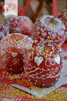 Mele natalizie decorate con ghiaccia reale (Christmas apples with royal icing). #ricetta #GialloBlogs #Natale #Christmas http://speciali.giallozafferano.it/decorazioni-speciali