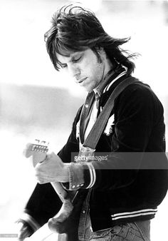 Jeff Beck Guitar Guy, Guitar Players, The Yardbirds, Jeff Beck, Linda Ronstadt, Muddy Waters, Winter Photos, Creative Video, Video Image