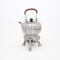 Kettle by Paul de Lamerie, The kettle became a standard item in the silver tea service around The vertical ribs of this kettle a. Vintage Silver, Antique Silver, Vintage Crockery, Rococo Style, Tea Service, Bronze, Kettle, Metal Working, Art Decor