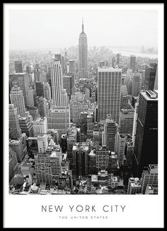 """Elegantes Poster zu New York mit einer schwarz-weißen Fotografie von der Stadt mit dem Text """"New York City, The United states."""" Das Poster passt perfekt in verschiedenste Einrichtungsstile und Räume. Zum Beispiel ins Wohnzimmer über das Sofa, oder warum nicht in die Küche? www.desenio.de"""