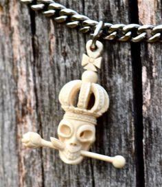 """Colgante """"Calavera"""" de la colección Michoacán. Tallado al detalle sobre marfil de mamut. Otra de nuestras favoritas por Cattay Exclusive."""