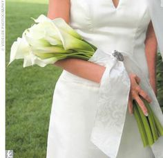 A classic over-arm bouquet of calla lilies. Vintage style of bouquet which compliments the dress. Works well with fitted long-line dresses allowing lace and other embellishments to be seen Casual Wedding, Trendy Wedding, Wedding Day, Lily Wedding, Calla Lily Bouquet, Calla Lillies, Bridal Flowers, Flower Bouquet Wedding, Purple Flowers