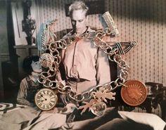 Un morceau de gomme Doublemint, deux centimes tête Indiens toutes brillaient vers le haut, un couteau de poche, une montre de poche cassé, une médaille