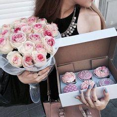Bello regalo ❤️ combinación de ricos pastelitos, adorables rosas Y abundancia de amor