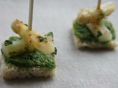 Hapje met asperges en een mengsel van raketsla