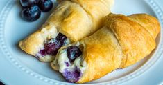 5-Ingredient Blueberry Cheesecake Rolls – 12 Tomatoes Key Lime Cheesecake, Blueberry Cheesecake, Blueberry Jam, Blueberry Recipes, Cream Cheese Crescent Rolls, Crescent Roll Dough, Sweet Desserts, Delicious Desserts, Dessert Recipes