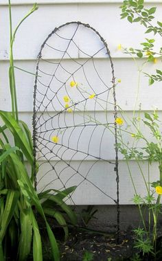 Beautiful Barbed Wire Spider Web Garden Trellis - My Garden Decor List Trellis Design, Diy Trellis, Garden Trellis, Trellis Ideas, Wood Trellis, Diy Garden, Garden Projects, Garden Art, Garden Design