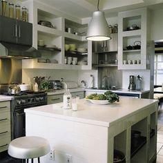 Une cuisine blanche entièrement carrelée