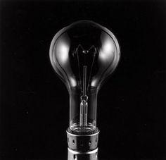 Onbekend | Philips. Gloeilamp vervaardigd bij de Philips Gloeilampen fabrieken in Eindhoven. Foto is geplaatst bij een artikel over energie besparende maatregelen. 1974.