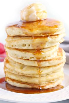 If you're trying to find a Pancake Recipe to make the BEST fluffy pancakes, look no further! This easy pancake recipe is tried and true! Pancake Recipe With Oil, Old Fashioned Pancake Recipe, Pancake Recipe Easy Fluffy, Homemade Pancakes, Pancakes Easy, Fluffy Pancakes, Breakfast Items, Best Breakfast, Breakfast Recipes