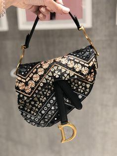 New mini embroidered Dior Saddle bag autumn 2019 collection by PSL Dior Saddle Bag, Saddle Bags, Dior Handbags, Purses And Handbags, Diorama Dior, Christian Dior Bags, Drawing Bag, Cloth Bags, Luxury Bags