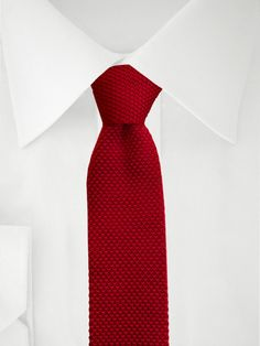 Dunkelrote gestrickte Krawatte