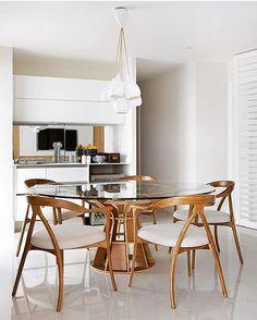 Sala de jantar l Destaque para o design da mesa e pendente! Adorei! Projeto @yamagataarq #design #dinningroom #arquitetura #clean #homedecor #home #arquiteta #instagram #homedesign #photo #interiordesign #architecture #top #interiordesign #wood #architect #decoration #decor #instadecor #blogfabiarquiteta #fabiarquiteta