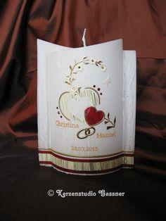 Eine etwas kleinere Hochzeitskerze, unten Elypsenform, mit Effektwachs überzogen. Farbe ist frei wählbar, bitte bei Bestellung angeben. Name und Datum bei der Bestellung bitte angeben. Höhe: 19 ...
