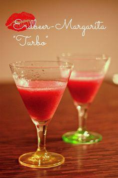 Erdbeer-Margarita  Zutaten (für 2 Durstige): 2 Hand voll TK-Erbeeren 200ml Sekt 2 EL Zucker 50ml Tequilla  Anleitung: 1. Alle Zutaten zusammen in einen Mixer geben, 30 Sekunden durchmixen bis alle Erdbeeren püriert sind. 2. In hübsche Cocktailgläser füllen. Prost!