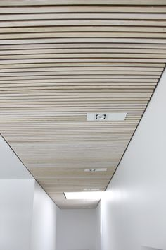 Rummet føles behageligt og opleves akustikken god. Trælisteloftet absorbere lyden i rummet og gør taleforståelsen god og tydelig. Timber Ceiling, Wooden Ceilings, Ceiling Panels, Timber Battens, Timber Cladding, Japanese Restaurant Design, Basement Ceiling Options, Acoustic Wall, Basement Inspiration