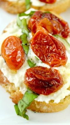 Honey Roasted Tomato Bruschetta On A Creamy Layer Of Lemon Mascarpone Goat Cheese! Mascarpone, fromage de chèvre, citron et miel Yummy Appetizers, Appetizers For Party, Appetizer Recipes, Bruschetta Toppings, Tomato Bruschetta, Sandwiches, Sushi, Roasted Tomatoes, Appetisers