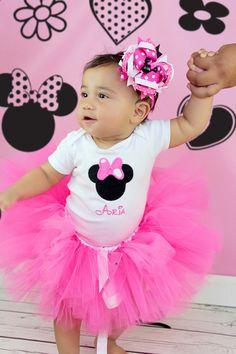 Esta pequeña Minnie Mouse camisa es perfecta para usted poco fan de Disney. Es ideal para fiestas de cumpleaños, Disney viajes o simplemente